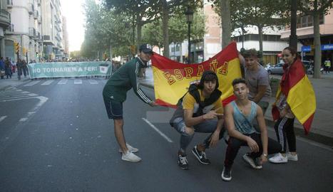 Cinc joves, amb banderes d'Espanya, a la manifestació
