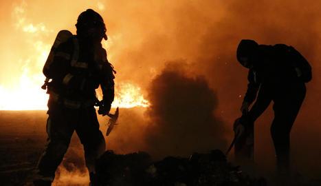 Barricades de fuego de grandes dimensiones queman varios coches, árboles y mobiliario urbano en Barcelona