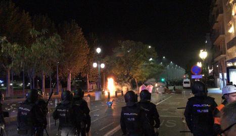 Barricada davant el cordó de Mossos a l'avinguda Blondel.