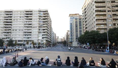 Estudiants van tallar el trànsit a la cruïlla de la plaça Espanya.
