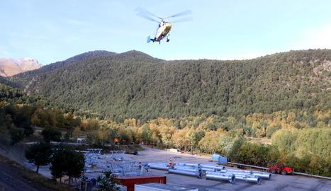 L'helicòpter que traslladava ahir les pilones del nou telecadira a l'estació d'Espot.