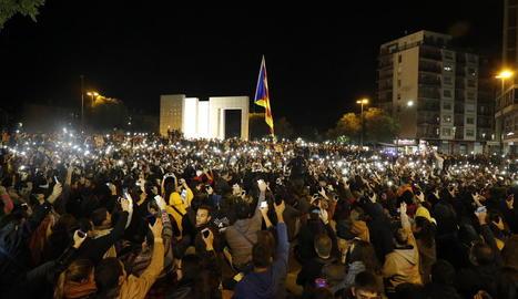 Imatge de la concentració inicial a la plaça Europa, que va congregar unes 2.000 persones que van projectar llums amb els mòbils.