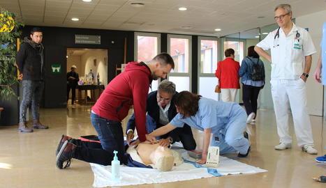 Un participant, aprenent a fer compressions toràciques ahir al vestíbul de l'Arnau.