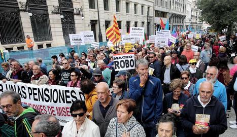 Alguns dels assistents a la manifestació en defensa de les pensions durant el recorregut fins a la Puerta del Sol de Madrid.