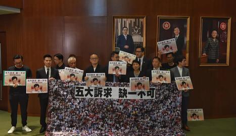 El bàndol pandemocràtic va mostrar pancartes contra Carrie Lam i la va esbroncar.