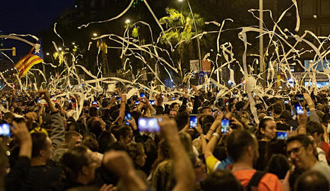 A dalt, llançament de paper higiènic a la concentració de Barcelona i, a sota, disturbis.