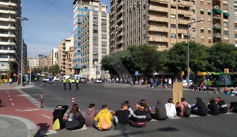 Estudiants tallen de nou l'encreuament del pont Universitat de Lleida