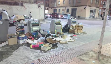 Aquest és el deplorable aspecte de la plaça Santa Maria Magdalena, el passat 1 d'octubre.