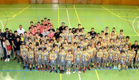 Els equips del CB Cappont i del Sícoris, amb els entrenadors i directius, ahir durant la presentació.