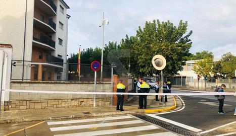 Els Mossos d'Esquadra han acordonat la caserna de la Guàrdia Civil a Tàrrega.