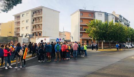 Concentració davant de la caserna de la Guàrdia Civil a Tàrrega.