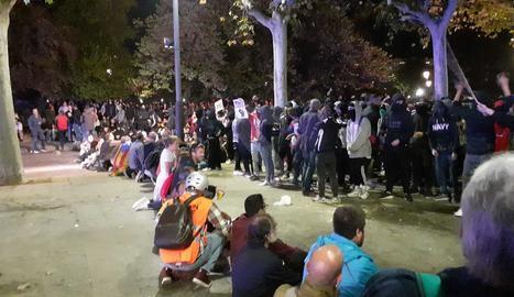 Un cordó de manifestants pacífics separa els radicals i els antiavalots.