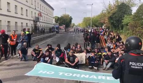 Els manifestants fan una seguda davant de la presó de Lleida. Protesta per l'empresonament d'un dels detinguts als aldarulls de dimarts.