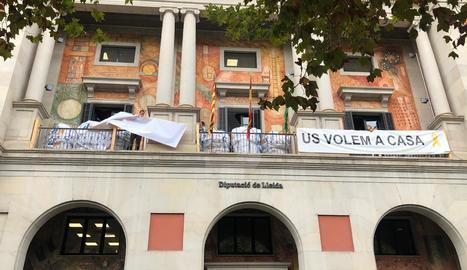 La Diputació de Lleida treu la pancarta en suport als presos independentistes