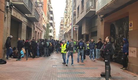 Membres de la PAH i dels CDR, al carrer Comerç.