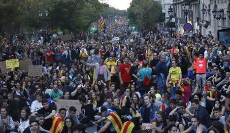 La marxa va congregar milers de lleidatans, en una de les mobilitzacions més grans de la història de la ciutat. A la imatge, els manifestants a l'avinguda Blondel.