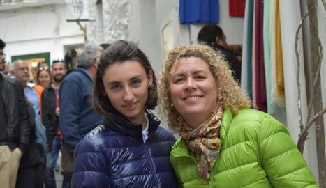 Marta Llorens, de 18 anys i que pateix la síndrome de Phelan-McDermid, amb la seua mare.