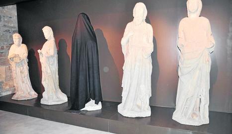 Una de les emblemàtiques escultures gòtiques del Museu de Tàrrega, coberta amb un vel negre.