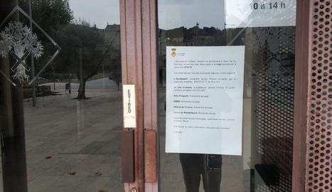 La col·locació de la nova pancarta a la façana de la Diputació.