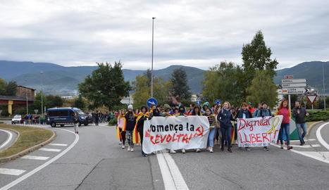 Lleida - A primera hora del matí un piquet informatiu es va mobilitzar per l'Ll-11 fins al CIM de Lleida, el centre integral de mercaderies, que va quedar paralitzat fins ben entrada la jornada. El piquet va provocar que es registrés una cua de ...