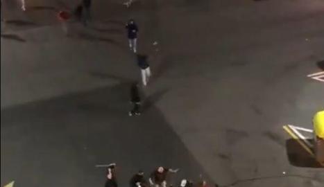Moment de l'agressió d'un grup ultra a un jove antifeixista.