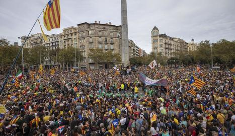 L'encreuament de Diagonal i el passeig de Gràcia, a vessar.