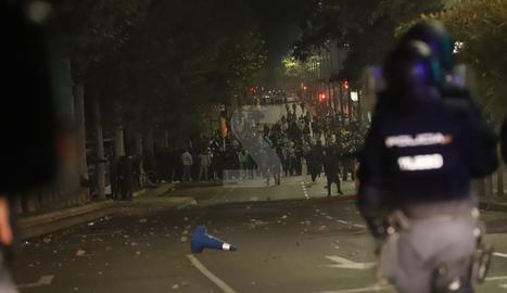 Radicals protagonitzen disturbis al centre de Lleida després de la manifestació pacífica de la vaga general.
