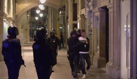 Imatge d'un dels divuit detinguts divendres a la nit pels disturbis a l'Eix Comercial.