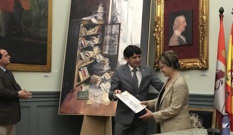 L'artista lleidatana, al rebre el premi, amb l'obra de fons.