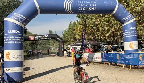 Ramona Gabriel i Albert Masana, campions provincials i, en el cas d'aquest últim, també de l'Open Lleida BTT, ahir a Corbins.
