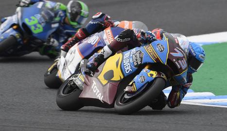 Marc Màrquez i tot el seu equip, al costat de l'excampió mundial Jim Redman, a cavall de la moto que va pilotar a la seua època, celebren el títol mundial de constructors que van donar a Honda, precisament al seu circuit.