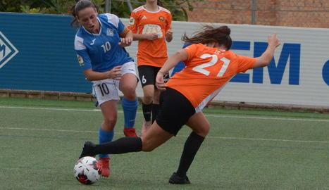 Una jugada del partit d'ahir entre l'AEM i el Parquesol al Municipal del Recasens.
