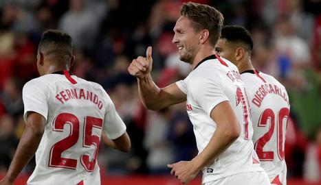 L'holandès De Jong celebra el gol amb què va donar el triomf al Sevilla.