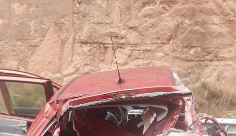 Imatge de dos dels vehicles implicats després de ser retirats per una de les grues.