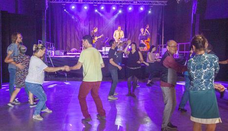 Els amants del swing, el jazz o el country es van citar en la quarta edició d'aquesta festa.