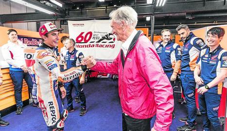 Marc, entre l'Honda que va fer campió Jim Redman i la que va utilitzar ahir per guanyar la desena prova de l'any.