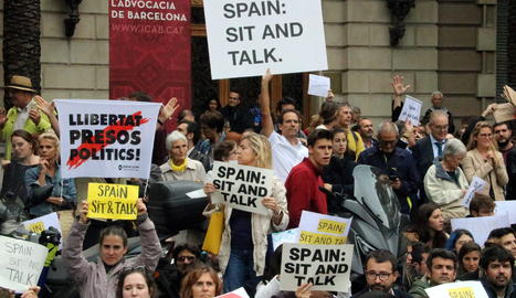 Manifestants amb pancartes que reclamen diàleg amb l'Estat.