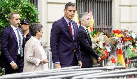 El president del Govern espanyol en funcions, Pedro Sánchez, acompanyat pel ministre de l'Interior, Fernando Grande-Marlaska (d) i la delegada del Govern espanyol a Catalunya, Teresa Cunillera (e), a la seua sortida de la Prefectura Superior de Policia de Barcelona.