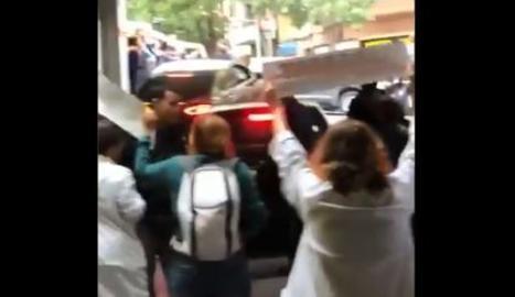 VÍDEO | Un grupo de profesionales sanitarios regaña a Sánchez y pide la libertad de los presos