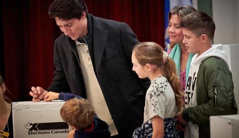 Justin Trudeau vota al costat de la seua família.