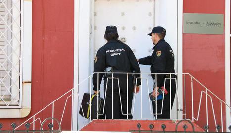Dos agents de la Policia Nacional entren al despatx de l'advocat Gonzalo Boye.