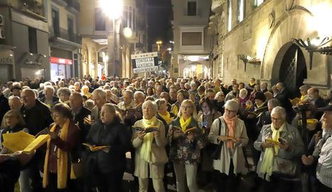 Més de 200 persones van participar ahir en la cantada número 100 a la plaça Paeria.