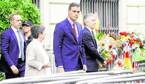 Sanitaris demanen la llibertat dels independentistes presos davant la visita de Sánchez, ahir.