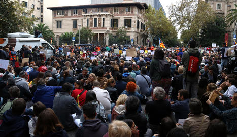 Milers de manifestants convocats per Tsunami Democràtic a la delegació del Govern espanyol a Barcelona, ahir.