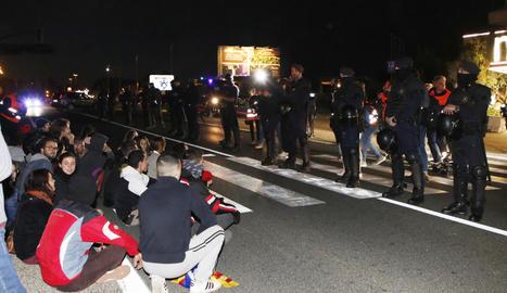 El cordó policial va evitar que els concentrats s'atansessin a l'hotel, tot i que la carretera va quedar tallada.