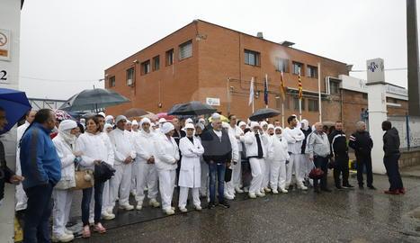Treballadors de Sada, aquest dimarts al matí a les portes de l'empresa a Lleida.