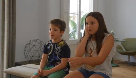 Una nena explica com els seus pares contesten al mòbil al volant.