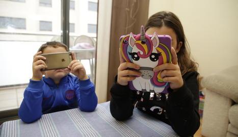 L'inici de l'ús de mòbils i tauletes cada vegada és a edats més primerenques.
