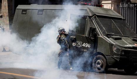 Un carrabiner xilè dispara durant les protestes.