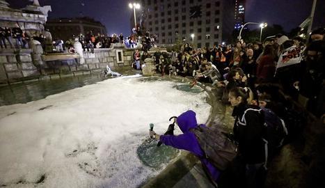 Imatge de la font de la plaça Espanya de Barcelona plena d'escuma després d'abocar-hi el sabó.